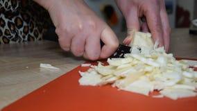 Una mujer corta la col en una tabla de cortar