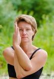 Una mujer de la belleza en sportwears hace diversas actitudes de la yoga Fuerza, de los pilates actividad al aire libre Fotografía de archivo