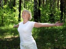 Una mujer de los ancianos practica yoga Foto de archivo