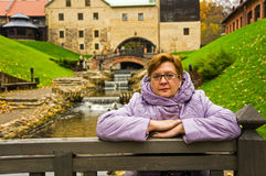 Una mujer de mediana edad en parque del otoño Fotografía de archivo libre de regalías