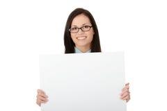Una mujer de negocios bonita que lleva a cabo una muestra en blanco Fotografía de archivo libre de regalías