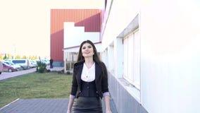 Una mujer de negocios que camina en la calle almacen de video