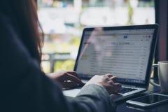 Una mujer de negocios que trabaja y que mecanografía en el ordenador portátil Fotos de archivo libres de regalías