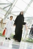 Una mujer de Oriente Medio y su hijo en una alameda Fotografía de archivo
