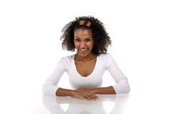 Una mujer de piel morena hermosa en una alineada blanca Foto de archivo libre de regalías