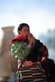 Una mujer de rogación de Tibetant Fotografía de archivo