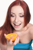 Una mujer del redhead con una naranja Fotos de archivo
