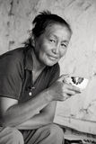 Una mujer del té de consumición del aspecto asiático Fotografía de archivo libre de regalías