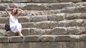 Una mujer disfruta de vacaciones y se estira en el sol almacen de metraje de vídeo