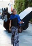 Una mujer elegante con la bufanda azul en San Francisco, California imagen de archivo libre de regalías