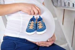 Una mujer embarazada Imagen de archivo