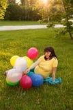 Una mujer embarazada atractiva fotografía de archivo