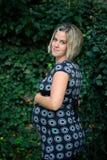 Una mujer embarazada en el parque, vientre conmovedor Fotografía de archivo