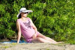Una mujer embarazada que se relaja Fotografía de archivo libre de regalías