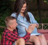 Una mujer embarazada y un hombre joven hasta que finalice el nacimiento del primer foto de archivo