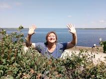 Una mujer en arbustos decorativos Fotografía de archivo libre de regalías