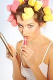 Una mujer en bigudíes de pelo imágenes de archivo libres de regalías