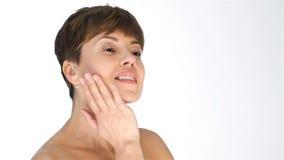 Una mujer en edad con una piel resistente de la cara almacen de metraje de vídeo