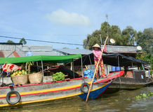 Una mujer en el barco en el mercado flotante en la provincia de Soc Trang, Vietnam Fotos de archivo libres de regalías