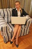Una mujer en el ordenador Foto de archivo libre de regalías