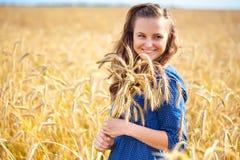 Una mujer en el prado Fotos de archivo libres de regalías