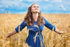 Una mujer en el prado fotografía de archivo libre de regalías