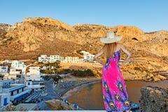 Una mujer en Finiki de Karpathos, Grecia Imagen de archivo libre de regalías