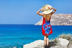 Una mujer en Fragolimnionas de Karpathos, Grecia Fotografía de archivo