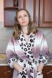 Una mujer en la cocina Fotos de archivo libres de regalías