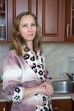 Una mujer en la cocina Fotografía de archivo