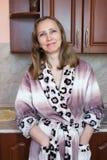 Una mujer en la cocina Fotos de archivo