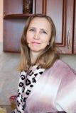 Una mujer en la cocina Imagenes de archivo