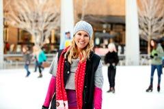 Una mujer en la pista de hielo Imágenes de archivo libres de regalías