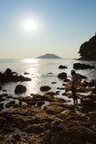 Una mujer en Rocky Beach Imagen de archivo