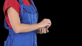 Una mujer en ropa de los trabajadores cuenta el dinero, canal alfa almacen de video