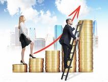 Una mujer en ropa formal está subiendo con las escaleras que se hacen de monedas de oro, mientras que un hombre ha encontrado un  Fotos de archivo