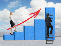 Una mujer en ropa formal está subiendo a través de una carta de barra azul, mientras que un hombre ha encontrado un atajo cómo al Foto de archivo