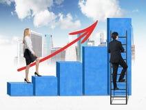 Una mujer en ropa formal está subiendo a través de una carta de barra azul, mientras que un hombre ha encontrado un atajo cómo al Imagenes de archivo