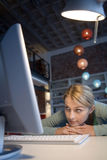 Una mujer en su ordenador Foto de archivo libre de regalías