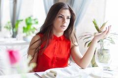 Una mujer en un restaurante Fotografía de archivo libre de regalías