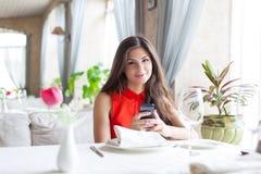 Una mujer en un restaurante Imagen de archivo libre de regalías