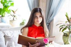 Una mujer en un restaurante con el menú en manos Fotografía de archivo libre de regalías
