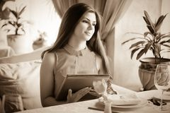 Una mujer en un restaurante con el menú en manos Fotos de archivo