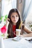 Una mujer en un restaurante está bebiendo el cóctel Imagen de archivo