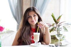 Una mujer en un restaurante está bebiendo el cóctel Imágenes de archivo libres de regalías