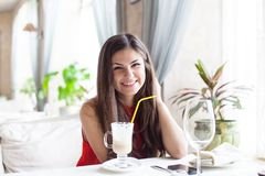 Una mujer en un restaurante está bebiendo el cóctel Fotografía de archivo libre de regalías