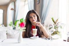 Una mujer en un restaurante está bebiendo el cóctel Foto de archivo libre de regalías