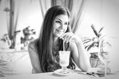 Una mujer en un restaurante está bebiendo el cóctel Fotos de archivo libres de regalías