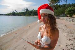 Una mujer en un sombrero de la Navidad fotos de archivo libres de regalías