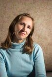 Una mujer en un suéter azul Fotografía de archivo